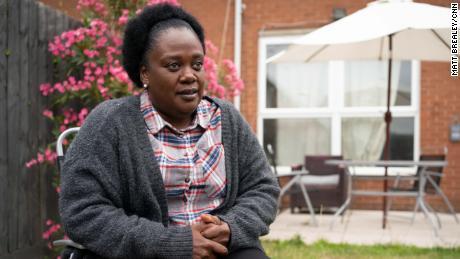 Neomi Bennet dijo a CNN que el racismo es tan generalizado en el NHS que las enfermeras negras han desarrollado un código para advertirse mutuamente de las salas donde el personal no les da la bienvenida.