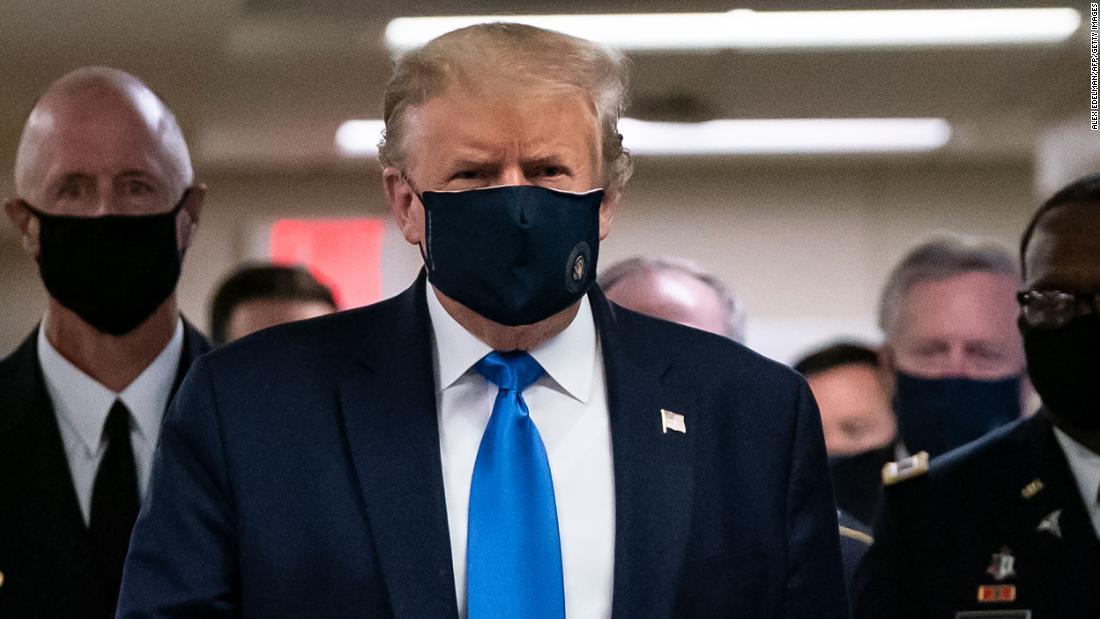 Trump usa una máscara durante la visita a los miembros del servicio heridos en Walter Reed