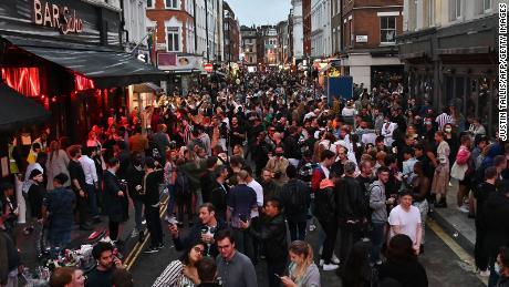 Los juerguistas llenan una calle afuera de los bares en el área de Soho de Londres el 4 de julio, ya que las restricciones se alivian aún más.