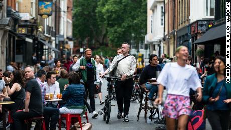 Los clientes disfrutan de sus bebidas en Soho, Londres, a principios de julio a medida que se abren pubs, restaurantes, hoteles y peluquerías en Inglaterra.