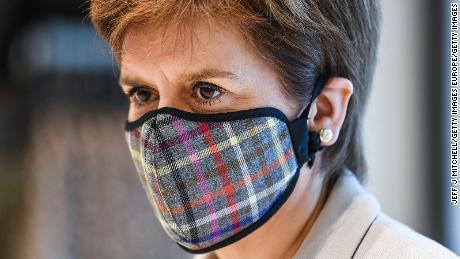 La primera ministra de Escocia, Nicola Sturgeon, usa una máscara facial de tartán cuando visita un parque comercial el mes pasado en Edimburgo.