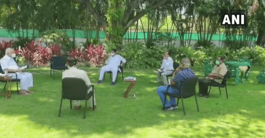 Karnataka CM se reúne con funcionarios clave