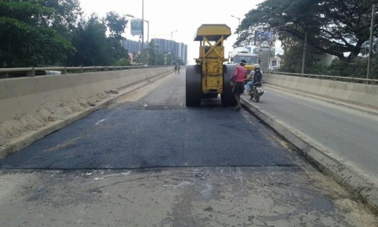La reparación de carreteras funciona en un paso elevado