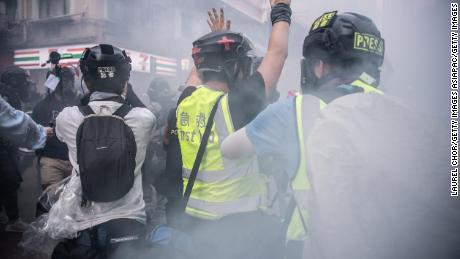 Un periodista levanta la mano después de que la policía disparó gases lacrimógenos el 1 de octubre de 2019 en Hong Kong. La presión ha estado creciendo sobre los periodistas en la ciudad bajo una nueva ley de seguridad.