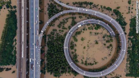 Esta vista aérea muestra un puente que conduce a la inundada isla de Tianxingzhou en Wuhan en la provincia central de Hubei de China el 13 de julio.