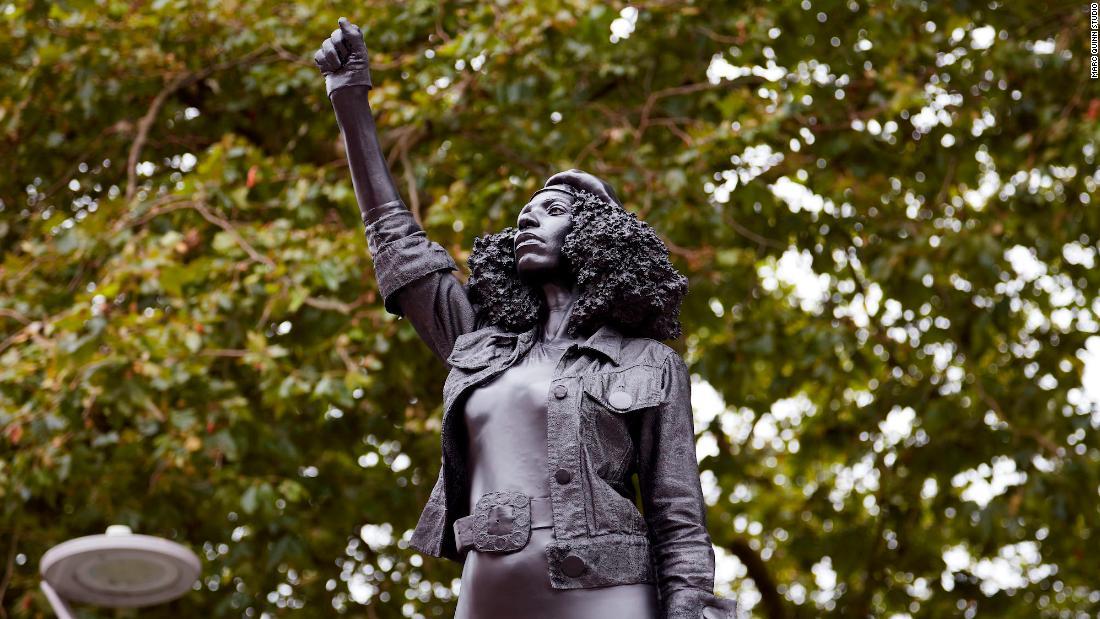 Estatua de Edward Colston reemplazada por una de un manifestante de Bristol
