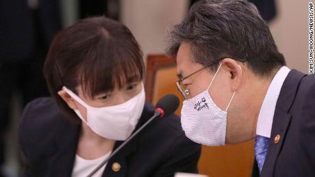 Park Yang-woo, derecha, ministro del Ministerio de Cultura, Deportes y Turismo, habla con Choi Yoon-hee, izquierda, viceministro del Ministerio de Cultura, Deportes y Turismo. Funcionarios surcoreanos ofrecieron una disculpa pública y prometieron profundizar en la muerte de Choi Suk-hyeon.