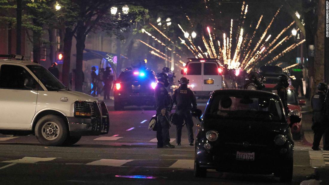 El fiscal de los Estados Unidos solicita una investigación del DHS luego de que un video muestra a autoridades federales enmascaradas y camufladas arrestando a manifestantes en Portland