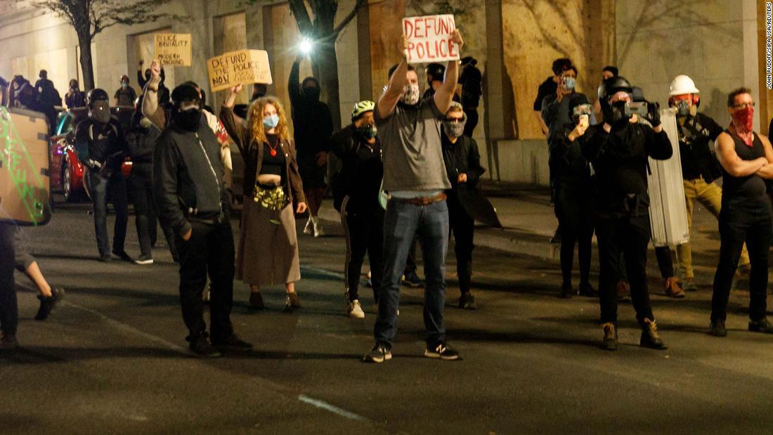 A los manifestantes se les pidió que se fueran o corrieran el riesgo de ser arrestados después de que la oficina de la Asociación de Policía de Portland se incendie