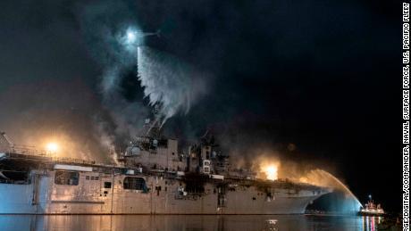 Un helicóptero de la Marina de los EE. UU. Combate un incendio a bordo del buque de asalto anfibio USS Bonhomme Richard el 14 de julio.