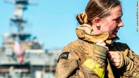 Un marinero se quita su conjunto de extinción de incendios después de combatir un incendio a bordo del buque de asalto anfibio USS Bonhomme Richard.