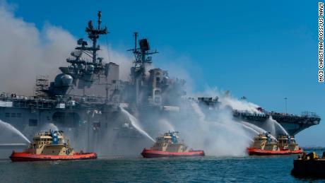 Marineros y bomberos federales combaten un incendio a bordo del buque de asalto anfibio USS Bonhomme Richard en la Base Naval de San Diego el 12 de julio.
