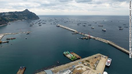 Los barcos chinos se ven resguardados del mal tiempo en el puerto de Sadong en la isla de Ulleung en Corea del Sur el 11 de noviembre de 2017.