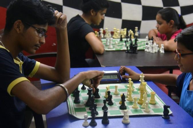 Estudiantes indios juegan al ajedrez