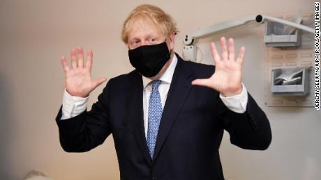 La regla de las máscaras entra en vigencia en Inglaterra cuando Boris Johnson llama a los anti-vaxxers & # 39; nuts & # 39;