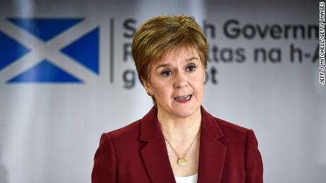 El primer ministro Nicola Sturgeon da una sesión informativa sobre coronavirus en Edimburgo.