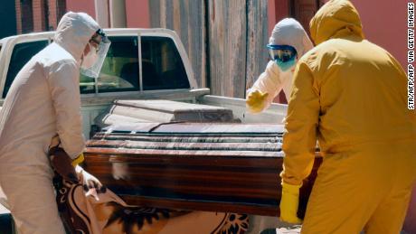 Trabajadores médicos llevan un ataúd que contiene una víctima de coronavirus en Cochabamba, Bolivia, el 20 de julio.
