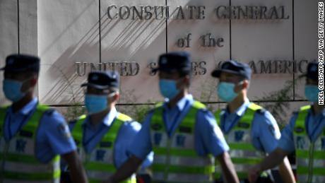 Policías marchan frente al consulado estadounidense en Chengdu, provincia de Sichuan, suroeste de China, el 26 de julio.