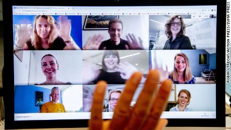 ¿Por qué no podemos dejar de saludar al final de las videollamadas?