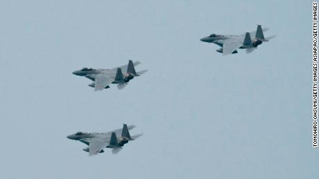 Los aviones de combate F-15 de la Fuerza de Autodefensa Aérea de Japón vuelan durante una revisión después de la ceremonia de graduación de la Academia de Defensa Nacional el 22 de marzo de 2020 en Yokosuka, Japón.