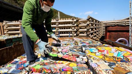 Un residente apila láminas de latas de aluminio compactadas en un centro de residuos en Kamikatsu, prefectura de Tokushima.