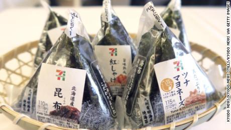 & # 39; Onigiri & # 39; o bolas de arroz vendidas por la cadena de tiendas de conveniencia Seven-Eleven Japan Co.