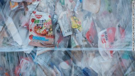 Residuos plásticos comprimidos en Ichikawa Kankyo Engineering, un centro de reciclaje en Japón.