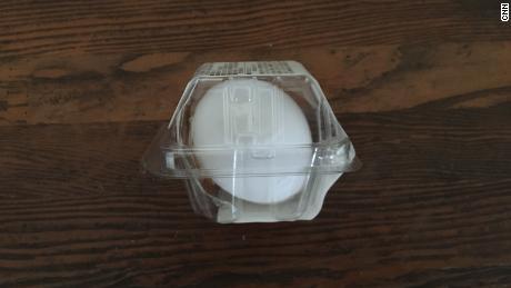 Una tienda de conveniencia de huevos duros está protegida en envases de plástico.