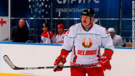 & # 39; Mejor morir de pie que vivir de rodillas, & # 39; dice el presidente de Bielorrusia, Alexander Lukashenko, en un partido de hockey sobre hielo