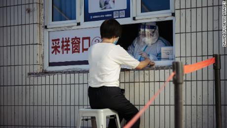 Una mujer recibe una prueba de ácido nucleico Covid-19 en el primer hospital afiliado de la Universidad de Medicina de Xinjiang el 25 de junio en Urumqi, China.
