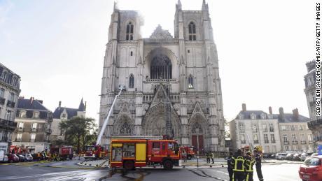 Los bomberos trabajan para apagar un incendio en la catedral de Saint-Pierre-et-Saint-Paul en Nantes.