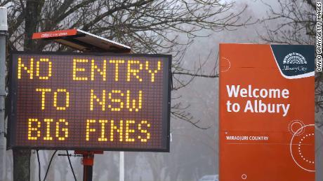 Se muestra una señal de no entrada en la ciudad fronteriza de Albury, Nueva Gales del Sur, Victoria, el 7 de julio.