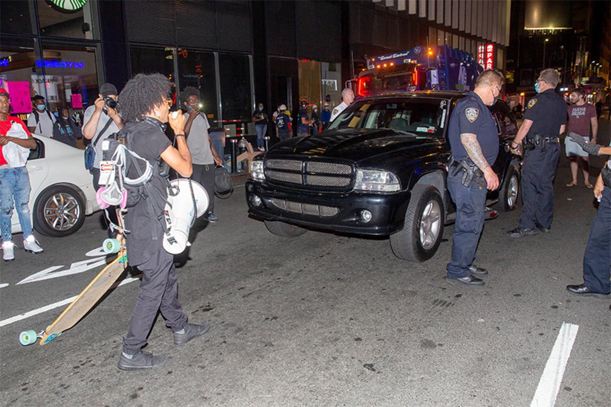 Conductor de SUV atropella bicicletas en protesta de Black Lives Matter en Nueva York