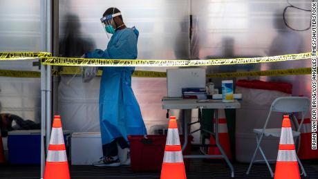 EMT Travis Carr prepara las pruebas Covid-19 para entregarlas en un laboratorio en el Balboa Sports Center el jueves en Encino, California.
