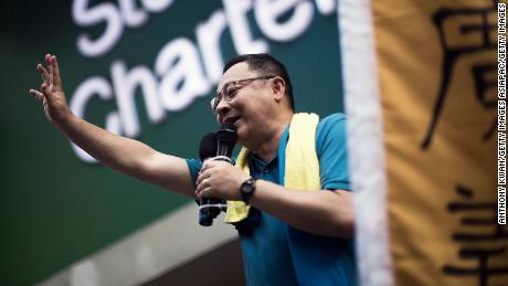 El activista de Hong Kong y líder de la protesta, Benny Tai, saluda a la multitud durante un mitin en julio de 2015.