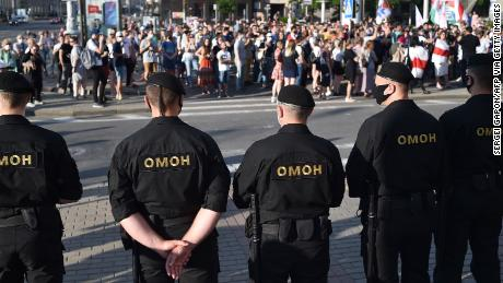 El hombre fuerte de Bielorrusia enfrenta protestas masivas después de encarcelar a sus principales rivales