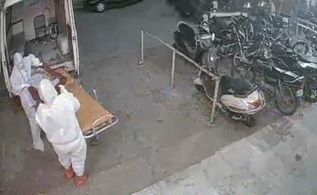 El cuerpo del paciente COVID-19 arrojado fuera del hospital de Bhopal. Shocker en CCTV