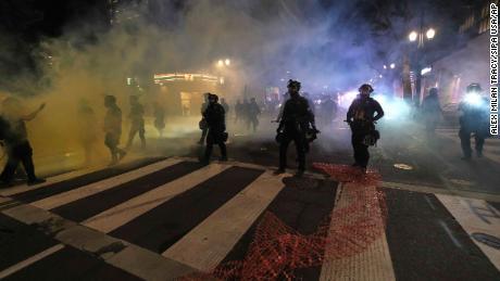 La manifestación de Portland declaró disturbios después de que los manifestantes lanzaron fuegos artificiales en el tribunal federal