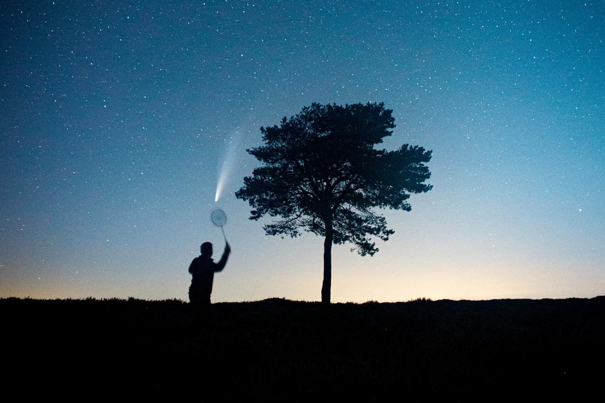 El hombre juega bádminton con el cometa NEOWISE en una foto viral