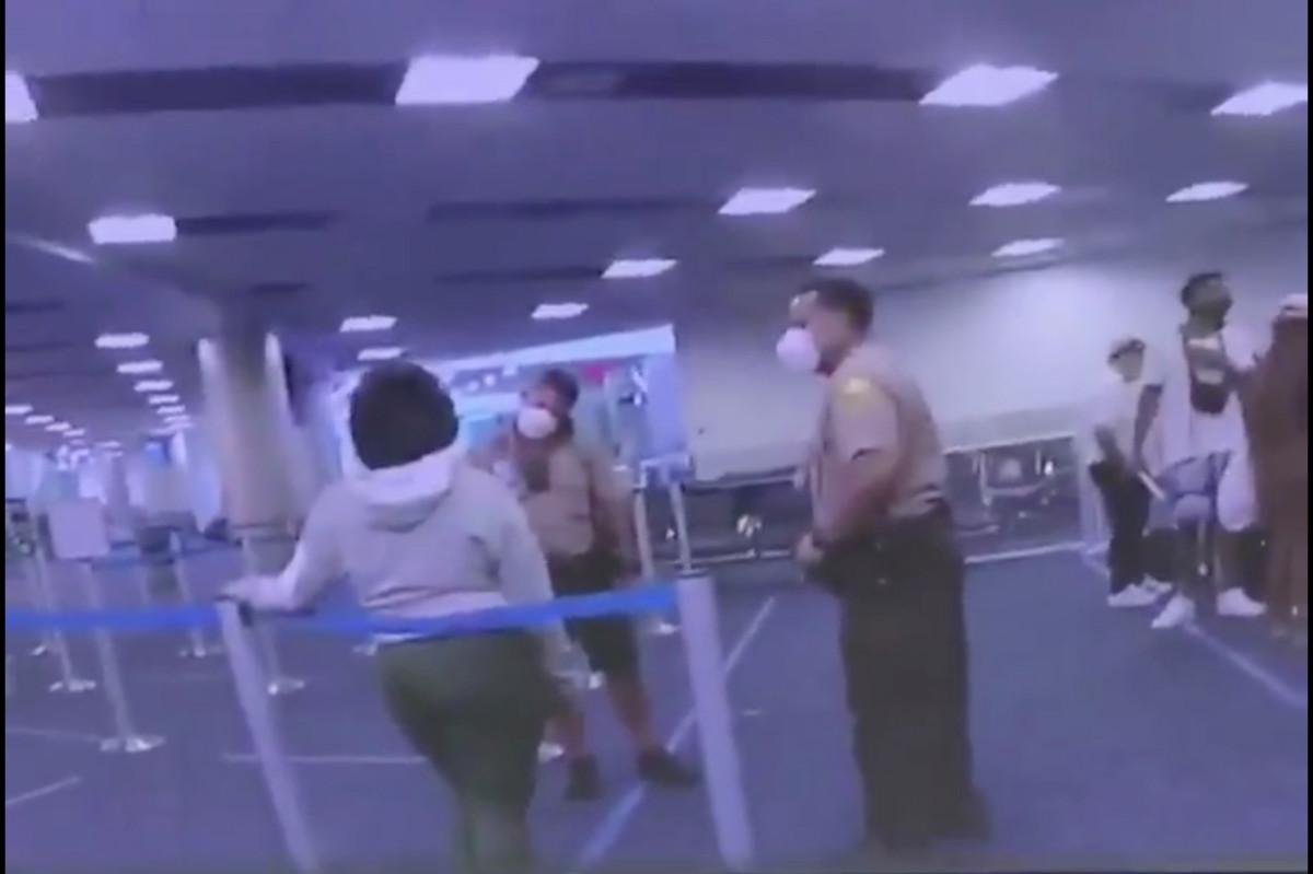 El policía golpea a la mujer en la cara en el aeropuerto internacional de Miami, muestra un video