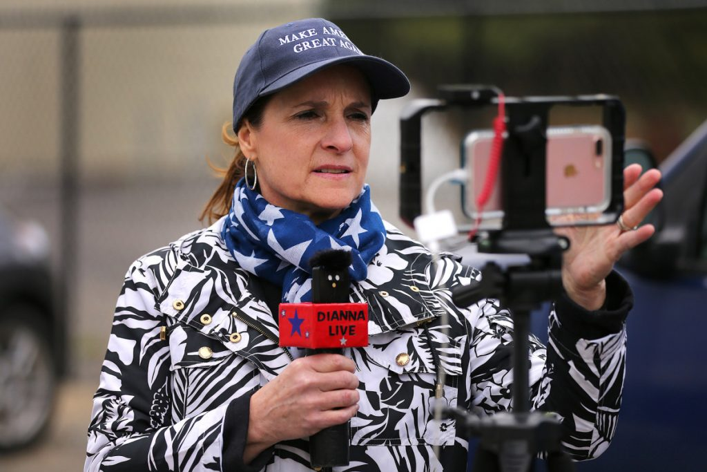 El presentador de radio sale después de decirle a los trabajadores que hablen inglés en video