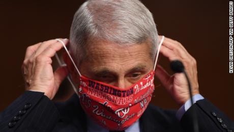 En medio del aumento del coronavirus, los funcionarios de salud instan a las personas a usar máscaras como símbolo de respeto