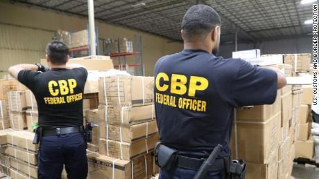 Los oficiales de CBP detuvieron un envío de productos / accesorios sospechosos de estar hechos con cabello humano.