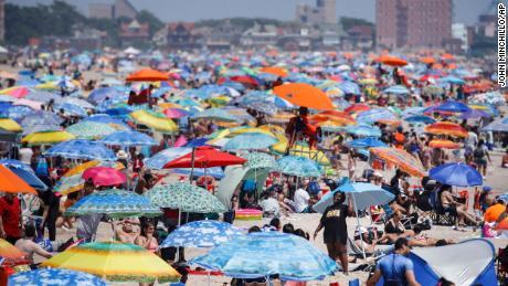 La playa de Coney Island en Nueva York fue muy visitada durante el fin de semana festivo.