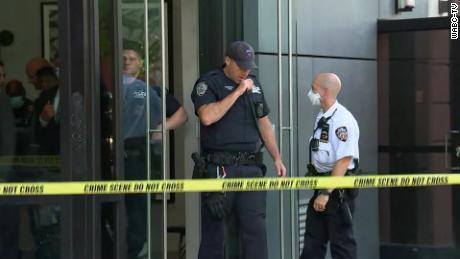 Se ve a la policía afuera del edificio en el Lower East Side de Manhattan.