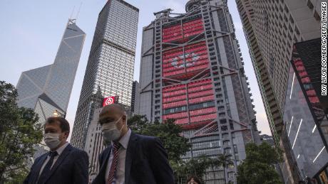 Los peatones pasan por la sede de HSBC en Hong Kong en abril.