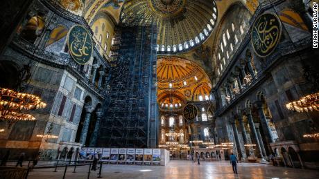 La gente visita la Hagia Sophia de la era bizantina, una de las principales atracciones turísticas de Estambul en el histórico distrito de Sultanahmet de Estambul el jueves 25 de junio de 2020.