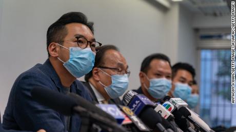 El abogado y político Alvin Yeung habla durante una conferencia de prensa el 30 de julio de 2020 en Hong Kong, China. Yeung estaba entre las 12 figuras prominentes a favor de la democracia a las que se les prohibió postularse para un cargo.