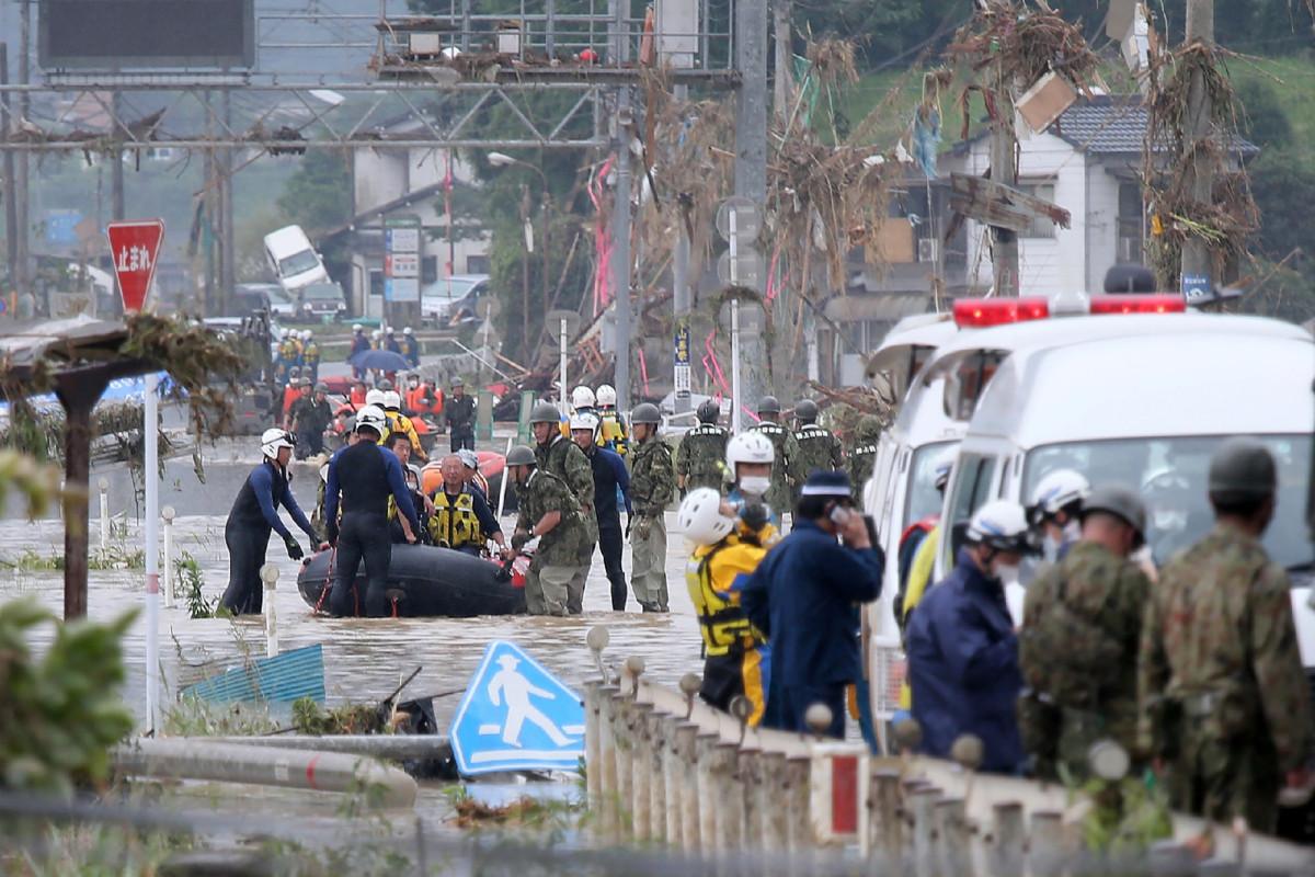 Inundaciones de Japón, deslizamientos de tierra matan al menos a 44 mientras las calles se vuelven ríos