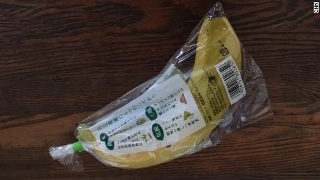 Un solo plátano está envuelto firmemente envuelto en plástico.